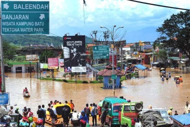 akses-jalan-terendam-banjir-di-baleendah-kabupaten-bandung-_140303152708-574